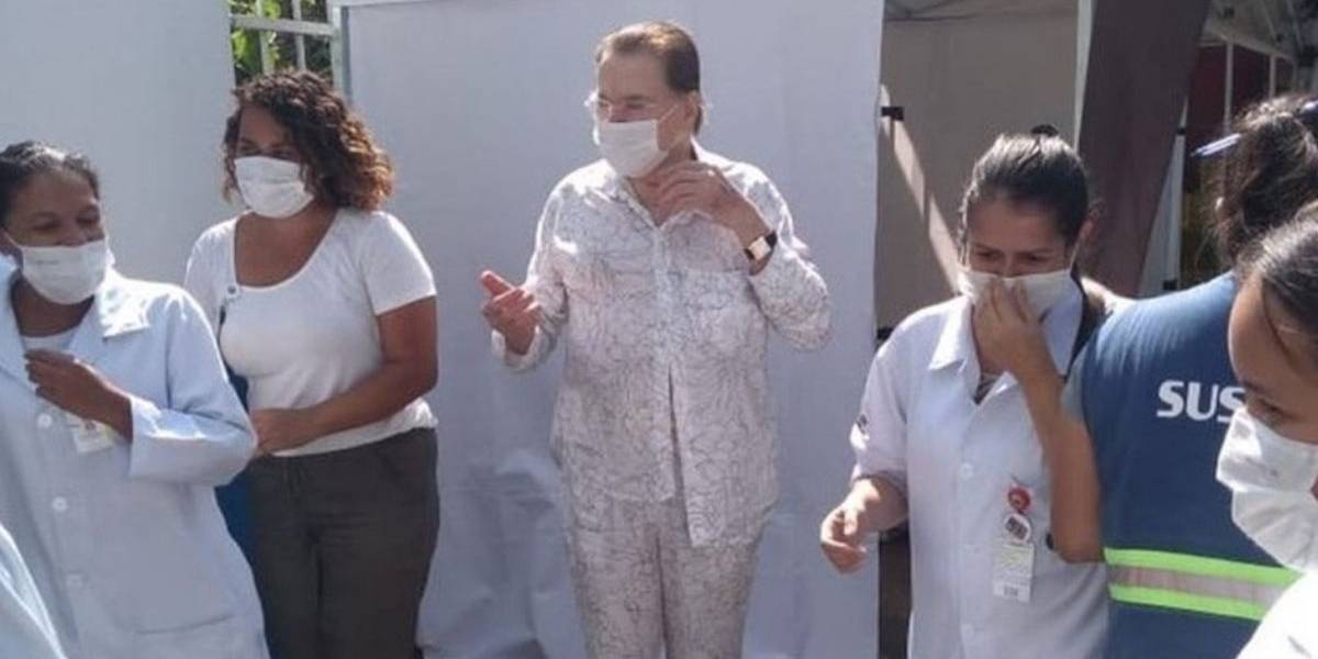 Vestindo pijama, Silvio Santos é vacinado contra a Covid-19 em São Paulo