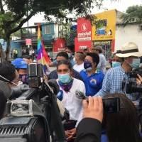 """Simpatizantes de Yaku Pérez gritan: """"Si Lasso gana el pueblo se levanta"""" en los exteriores de la Delegación Electoral del Guayas"""