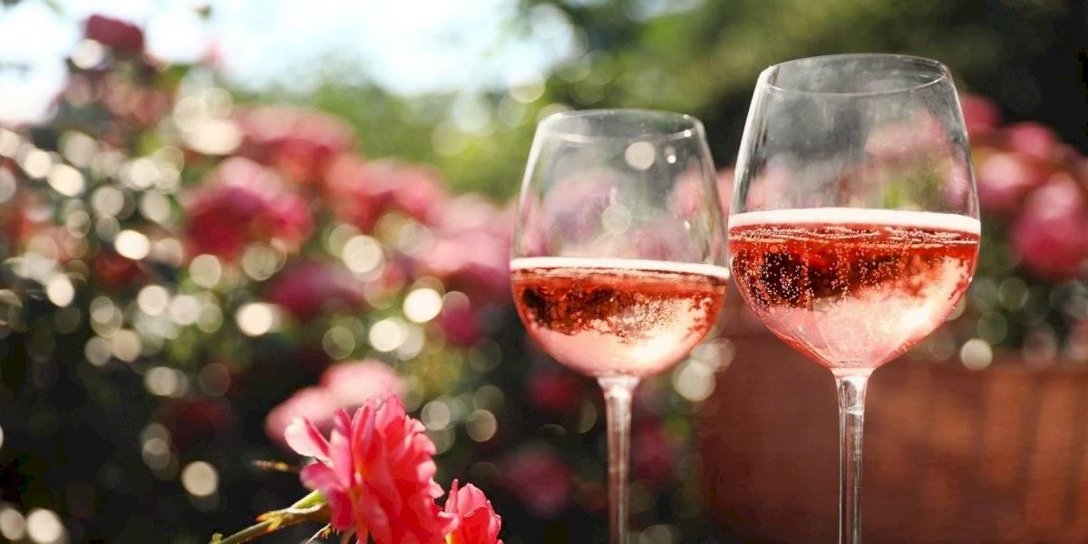 Demuéstrale tu amor celebrando con un vino rosado