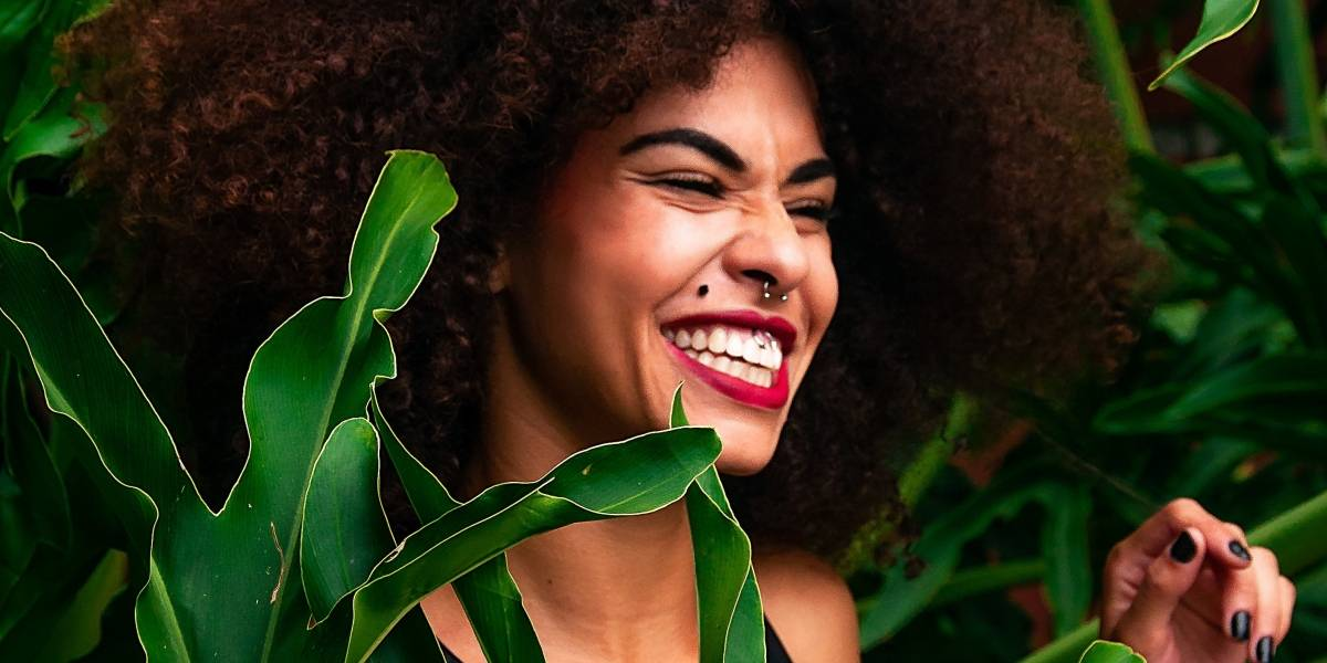 Borrifar ou regar? Como fornecer água às suas plantas do jeito certo