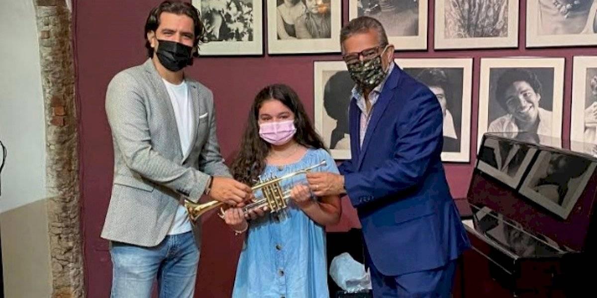 Músicos puertorriqueños entregan trompeta a niña estudiante de música