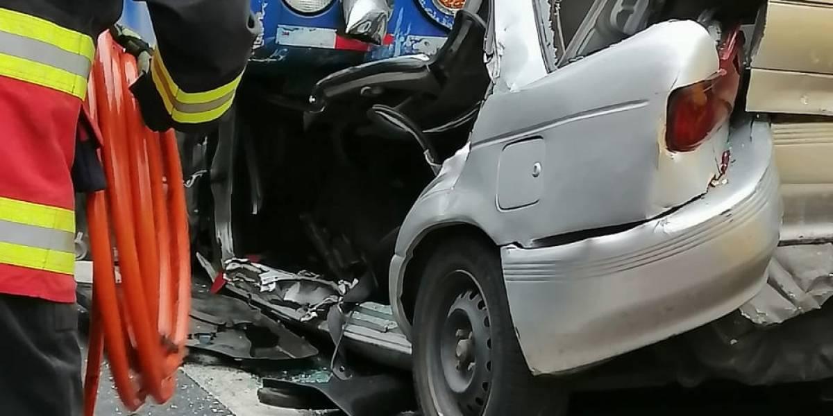 Así fue el rescate del hombre atrapado en vehículo tras accidente en la avenida Teniente Hugo Ortiz, sur de Quito