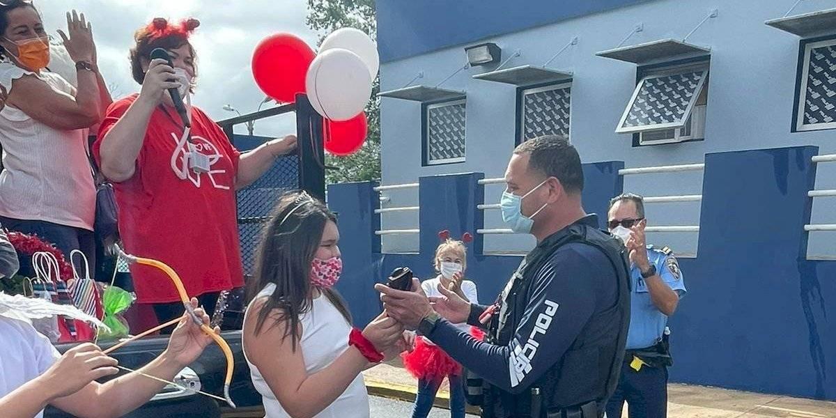 Estudiantes realizan caravana para honrar a policías de Puerto Rico