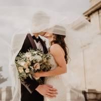 No meio do casamento, a noiva pede ao parceiro que a deixe abraçar o ex pela última vez