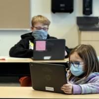 CDC: Vacunación de maestros es importante pero no requisito para reinicio de clases presenciales