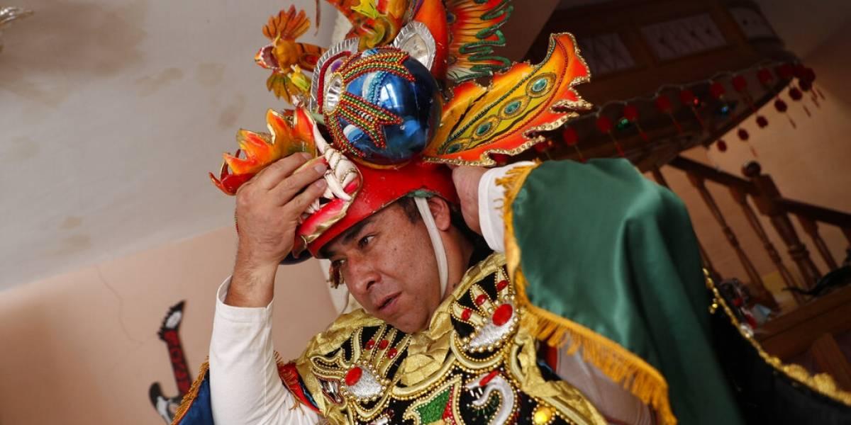 Bolivianos se las ingenian para mantener magia del carnaval