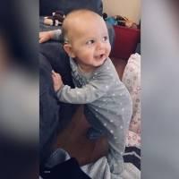 Bebê que era surdo emociona ao ouvir música pela primeira vez