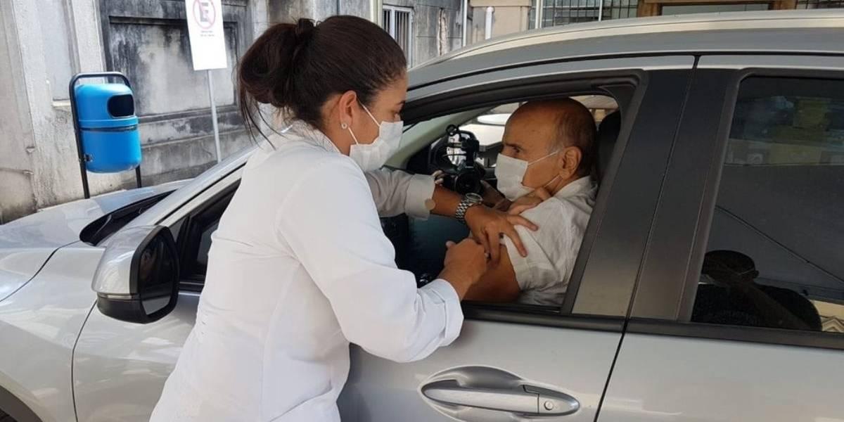 Drauzio Varella é vacinado contra a Covid-19 em São Paulo