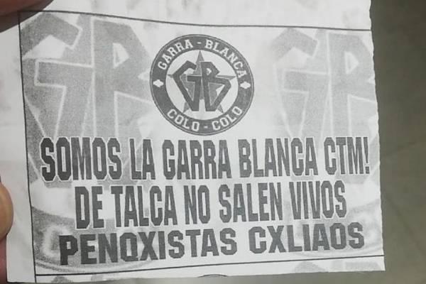 En las cercanías del hotel de concentración de la Universidad de Concepción se encontraron panfletos de hinchas de Colo Colo
