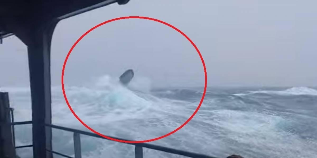 Barco da marinha norte-americana é flagrado enfrentando ondas gigantes em treinamento; assista