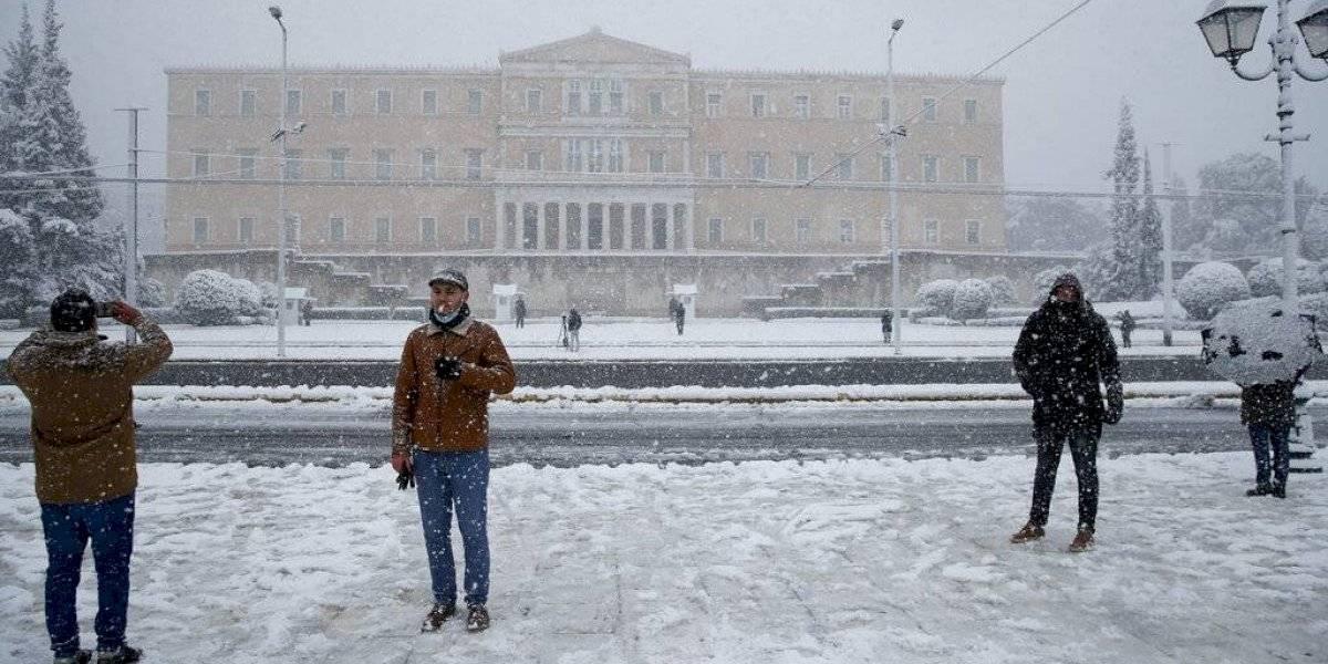 Rara nevada cubre Atenas, demora servicios y vacunas contra el coronavirus