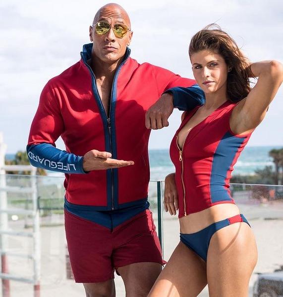Dwayne Johnson y Alexandra Daddario