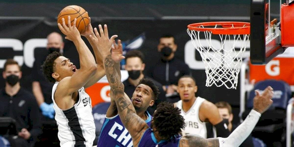 Suspenden partidos de los Spurs por brote de coronavirus entre jugadores