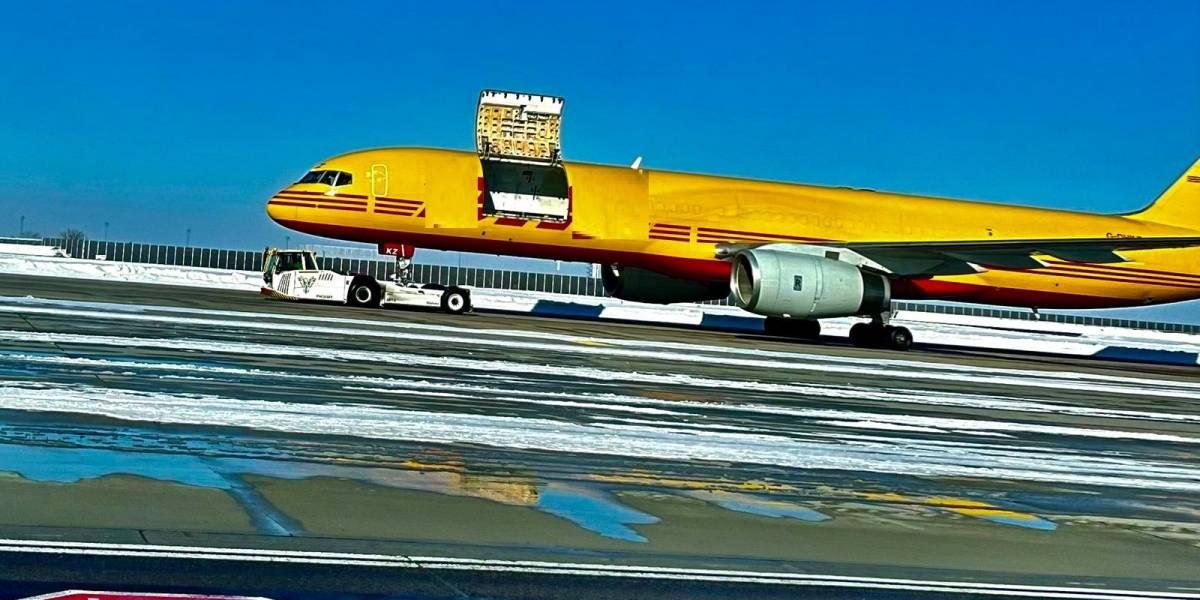 Porta de avião de carga abre em pleno voo e pacotes saem voando; entenda o que aconteceu