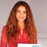 Shakira promociona su línea de camisetas con un look de jean skinny y top azul brillante