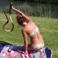 A verdade por trás do vídeo que mostra mulher pegando cobra de surpresa com as mãos