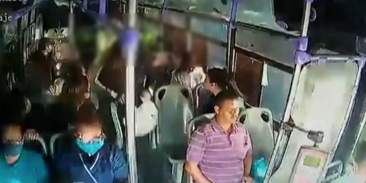 Conmoción por mujer que fue atacada brutalmente por su esposo en un bus en México
