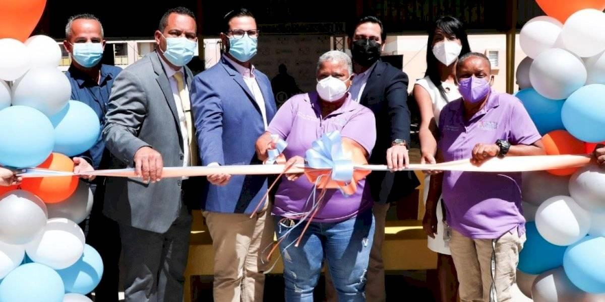 Alcalde de Humacao inaugura cancha bajo techo en un residencial