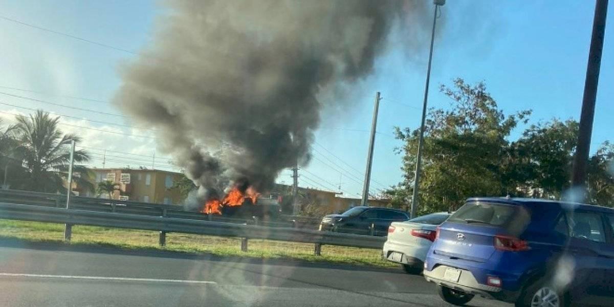 Reportan vehículo incendiado en la carretera 22