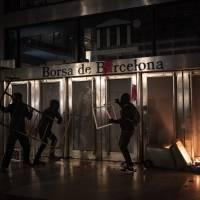 Barcelona amanece con destrozos por los disturbios en las protestas por la detención de Hasél