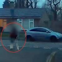 Mujer de 77 años pelea con ladrón y lo golpea con sus muletas