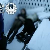 Asistentes de una fiesta ilegal se esconden de la policía debajo de camas