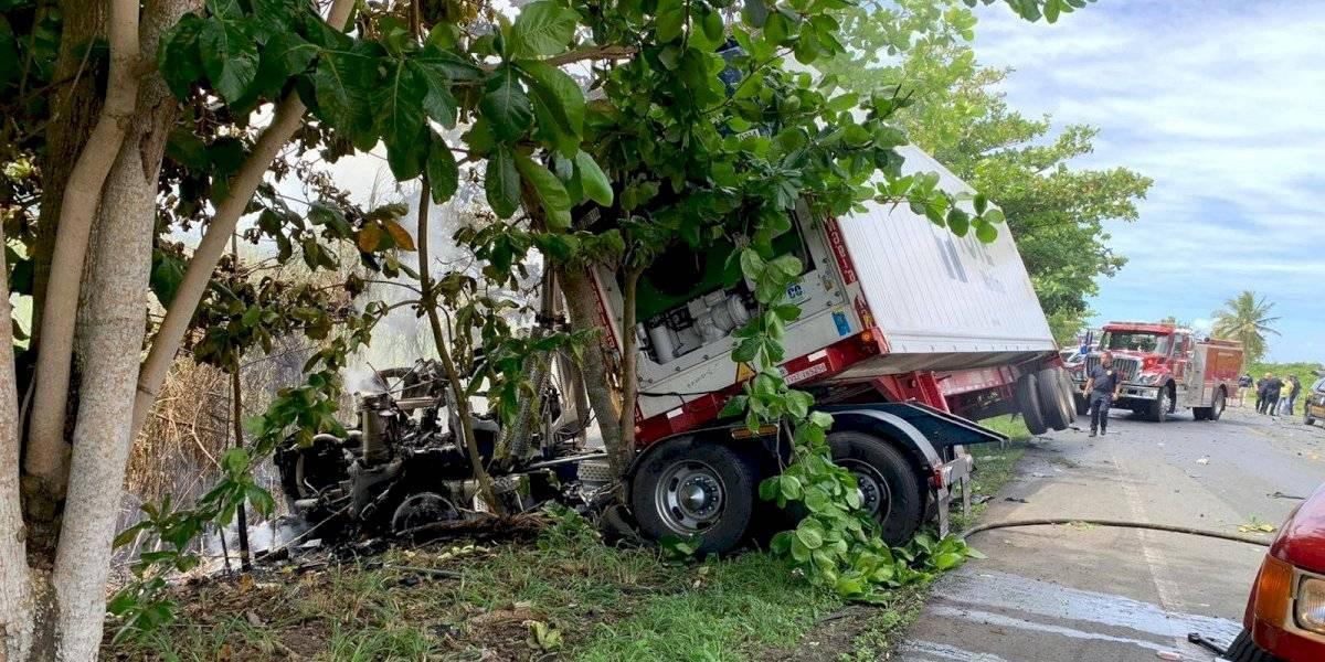 Reabren carretera 165 en Dorado tras accidente con camión incendiado