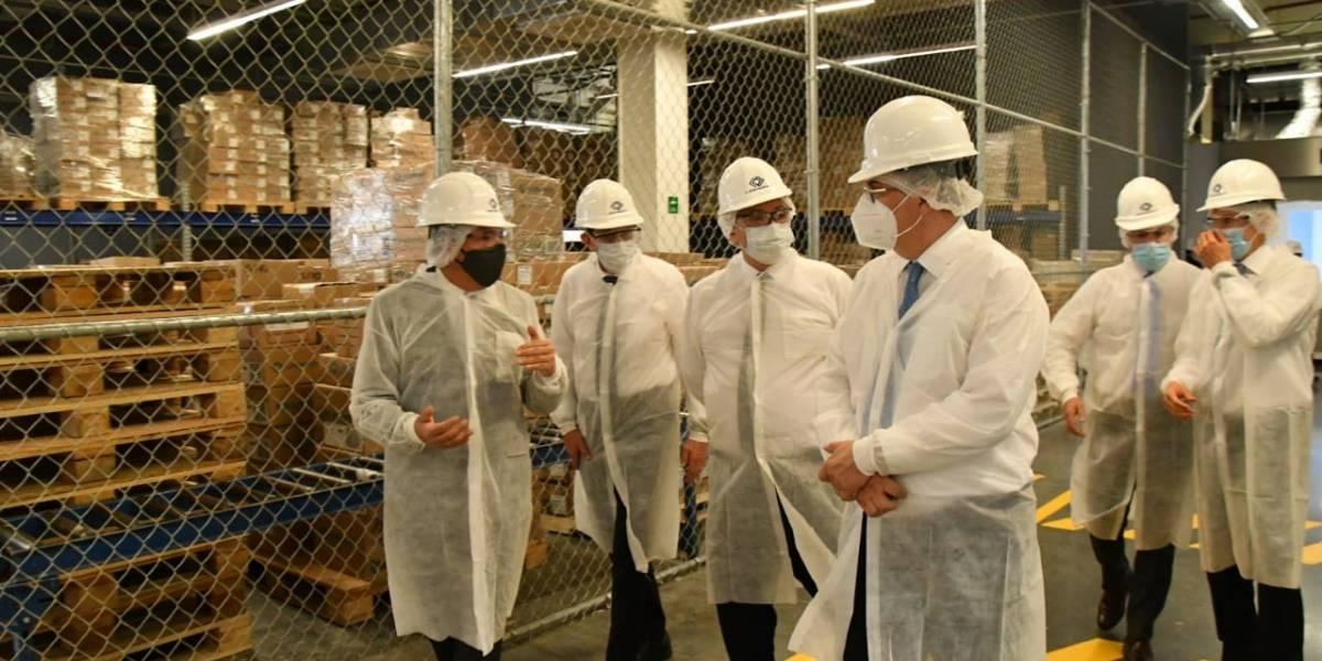 Presidente de Argentina supervisa laboratorio donde se envasa vacuna anti Covid