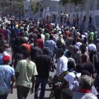 Reprimen policías a manifestantes en Haití; piden la renuncia del presidente