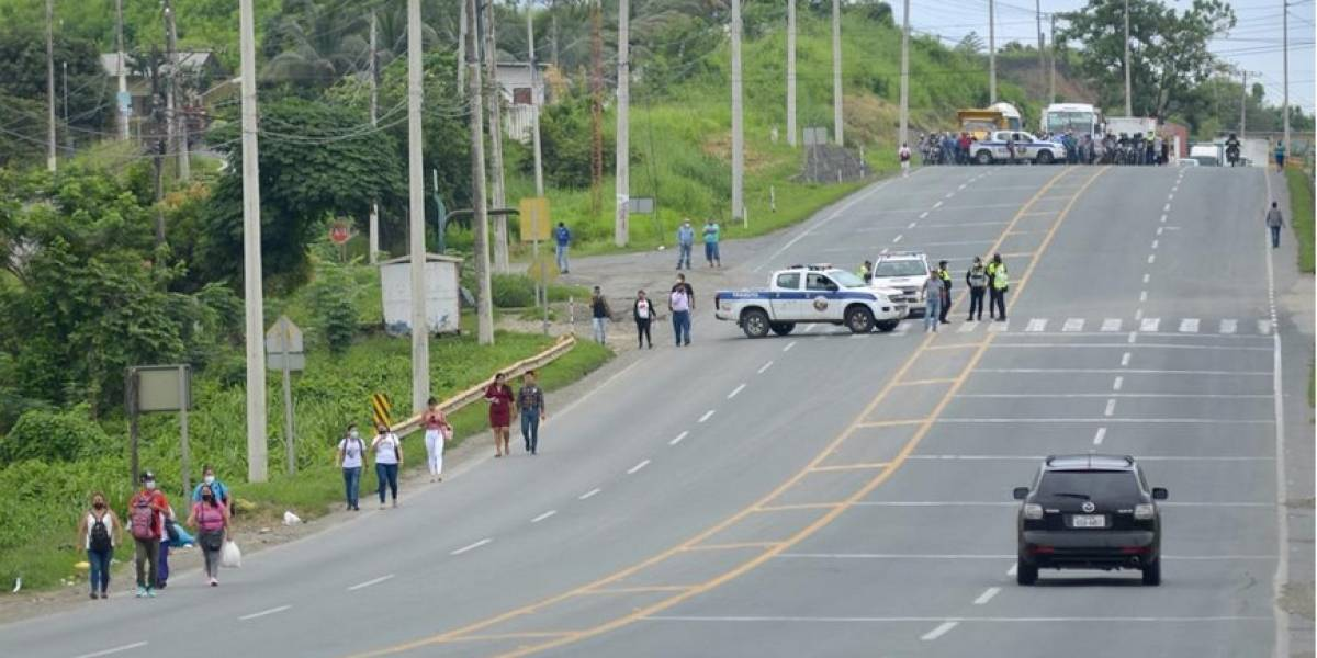 Cierran tramo de la vía a Daule por amotinamiento en la Penitenciaría que ha dejado 8 muertos
