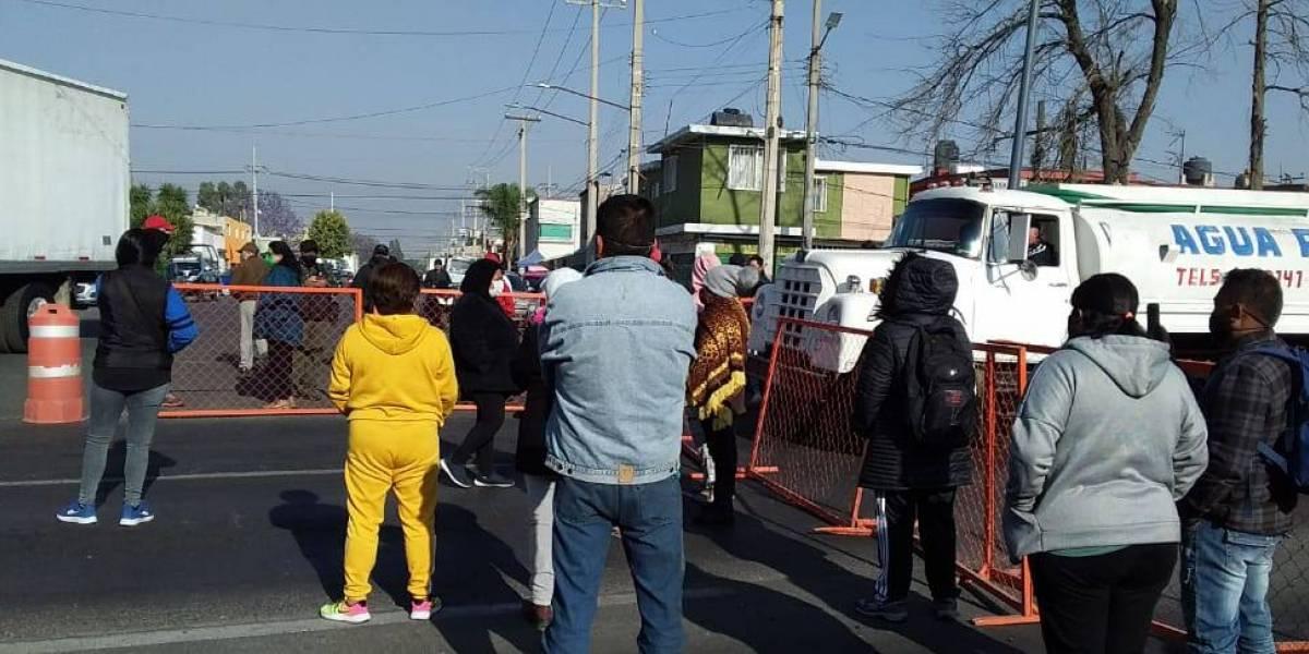 Bloquean Avenida Central por suspensión de vacunación en Ecatepec