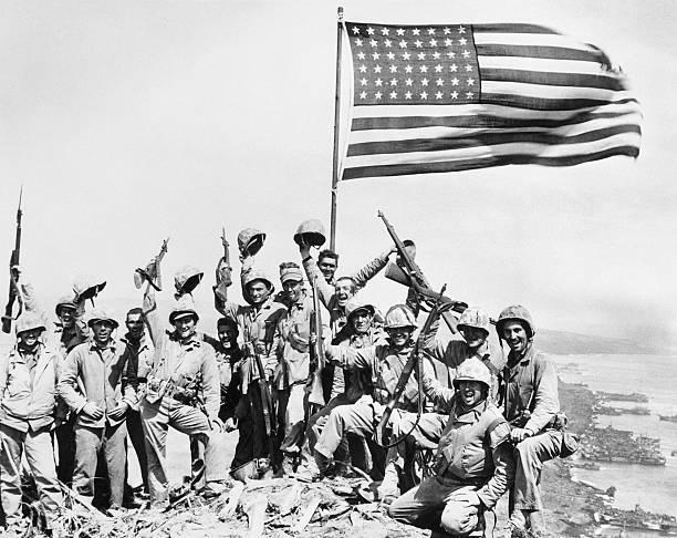 El primer grupo que izó una bandera en el Monte Suribachi.