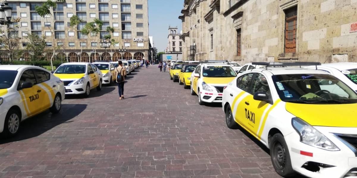 Protestan taxistas en Guadalajara, exigen regulación inmediata de vehículos de plataformas