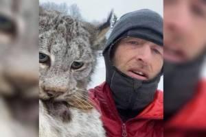 Vídeo mostra homem pegando lince como se fosse gato; reação do felino selvagem surpreendeu nas redes sociais