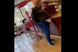 Mulher gera confusão em restaurante ao tentar argumentar com atendente que uma dúzia é igual a 50; veja
