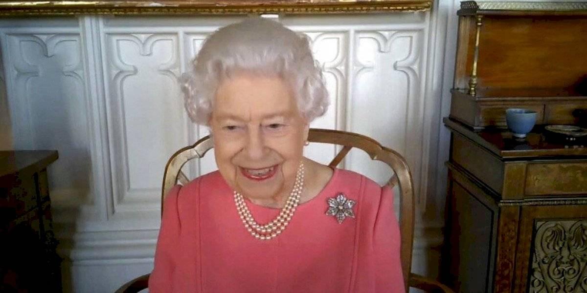 Reina Isabel II anima a la población a vacunarse contra el COVID-19
