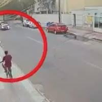 VÍDEO: Homem assalta jovem e é atropelado pelo namorado da vítima em seguida