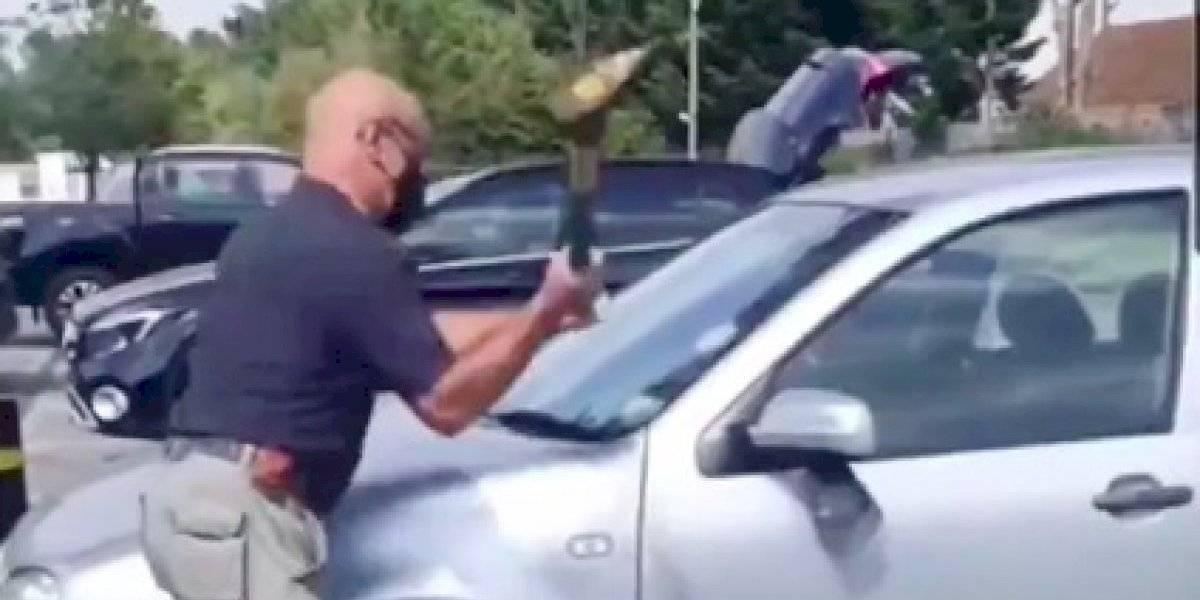Hombre rompe ventana de carro por un perro que habían dejado encerrado