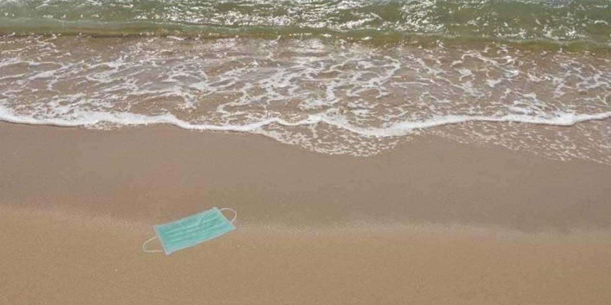 Pierluisi convierte en ley multa por tirar mascarillas en las playas