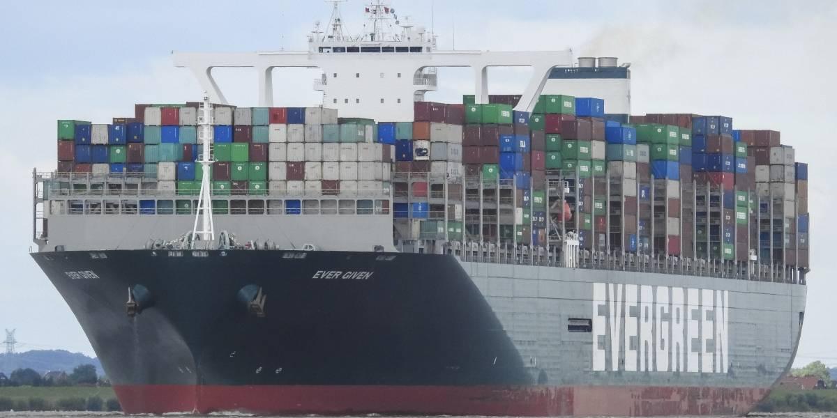 Continúan buscando alternativas para liberar buque encallado en Egipto