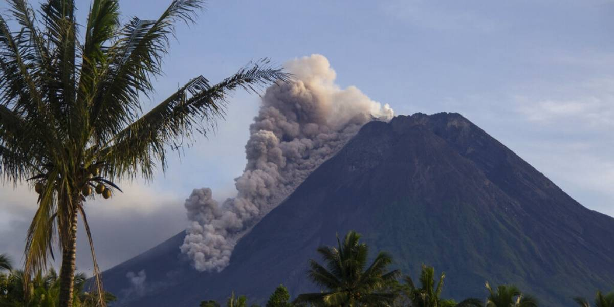 Registran nueva erupción de volcán en Indonesia