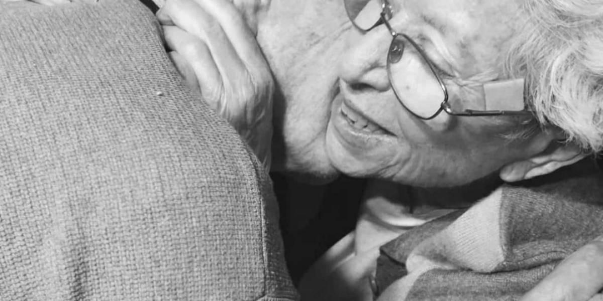 El emotivo reencuentro de una pareja de abuelos tras un mes separados por la pandemia