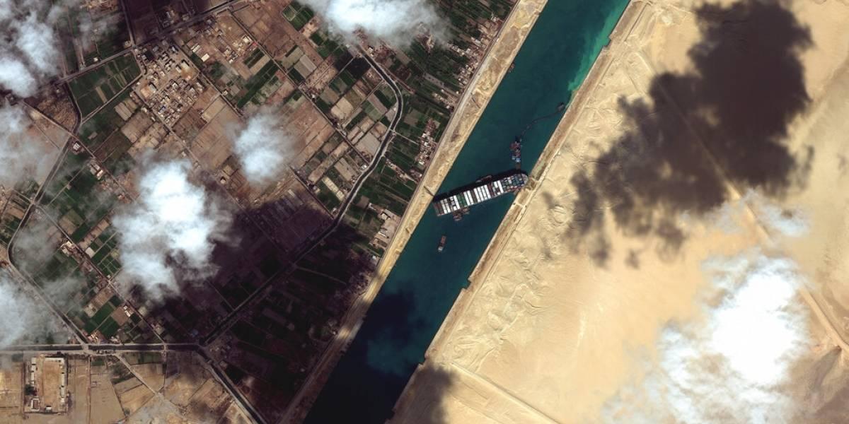 Otras dos remolcadoras navegan hacia el Canal de Suez
