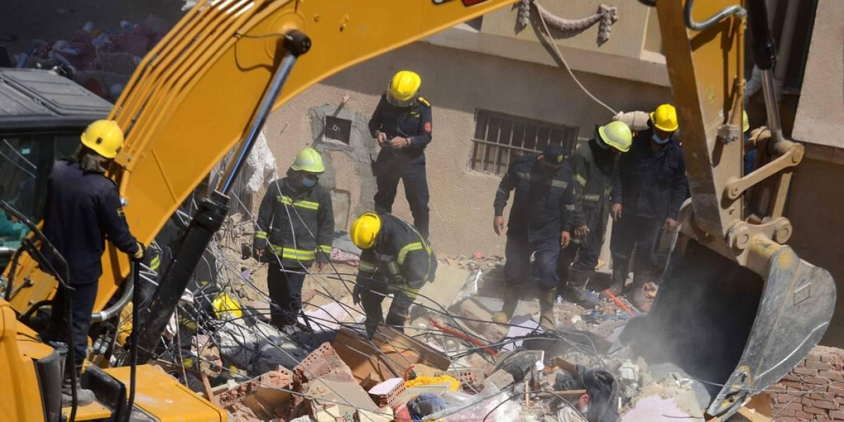 Rescatan a bebé vivo de edificio que se desplomó en Egipto
