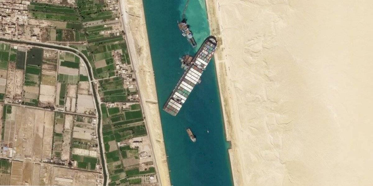 Reflotan parcialmente el Ever Given, el cual sigue varado en Egipto