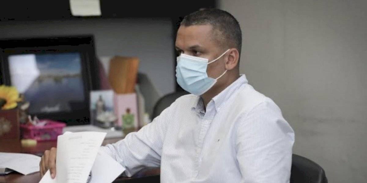 Alcalde de Guánica firma contrato con DE para reparación de dos escuelas afectadas por terremotos
