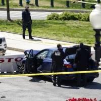Al menos dos policías heridos tras carro arremeter contra barricada del Capitolio federal
