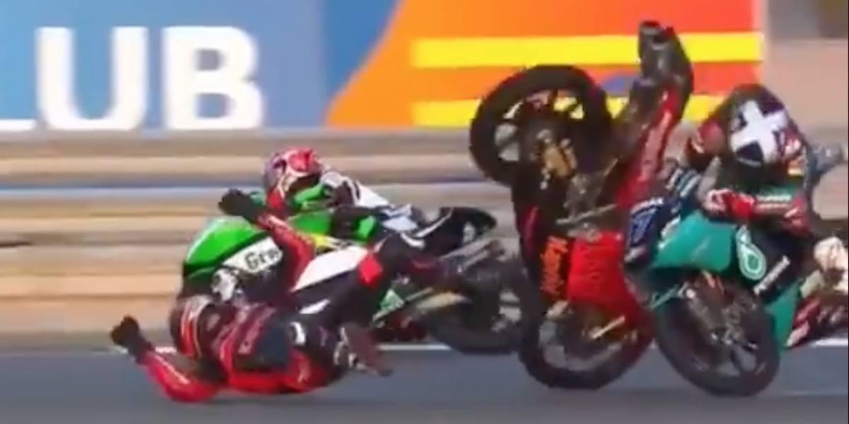 VIDEO: Motoristas de Moto3 chocan, caen en la pista ¡y se levantan para pelear!