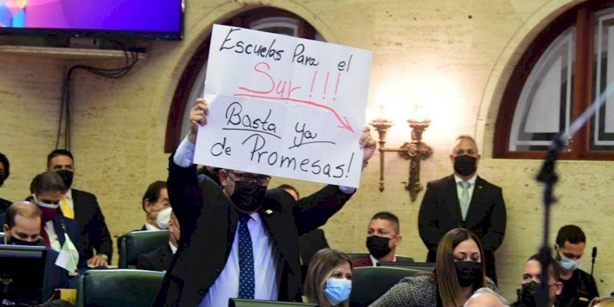 Representante exige a Pierluisi escuelas en el sur durante mensaje de situación de estado