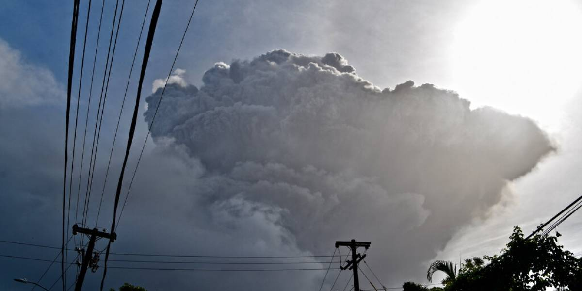 Erupción volcánica remece la isla caribeña de San Vicente